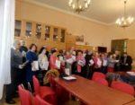 seniorzy odbierają dyplomy